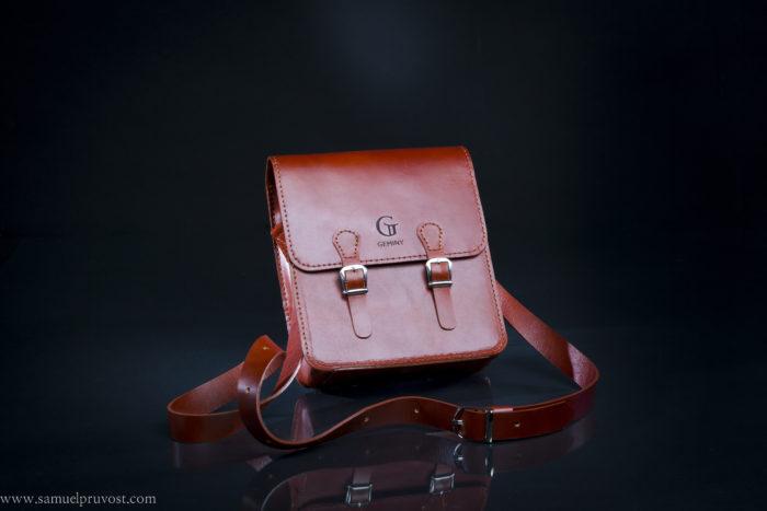 photographie d'un sac à main en studio. packshot-studio_photo-photographiie_de_studio-objet-sac-couleur-studio_Lille-photographe_Lille-Samuel_Pruvost