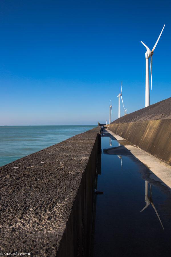 photographie d'éoliennes sur la côte d'opale. Samuel_Pruvost-photographe-Lille-éolienne-ciel-bleu-reportage-Boulogne_sur_mer