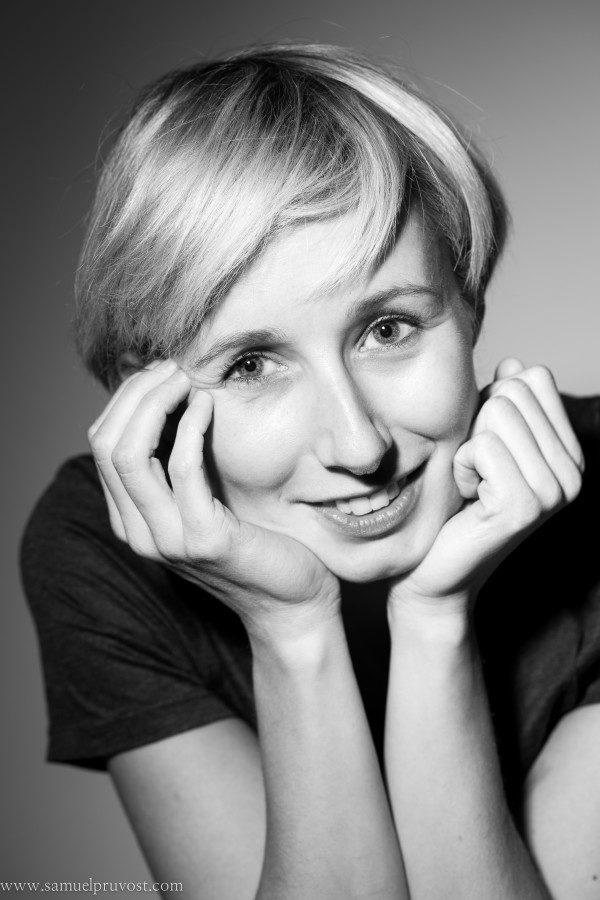 portrait-studio-photographe-lille-samuel_pruvost-noir_et_blanc-corporate-femme-lumière-studio_lille-portrait_professionnel