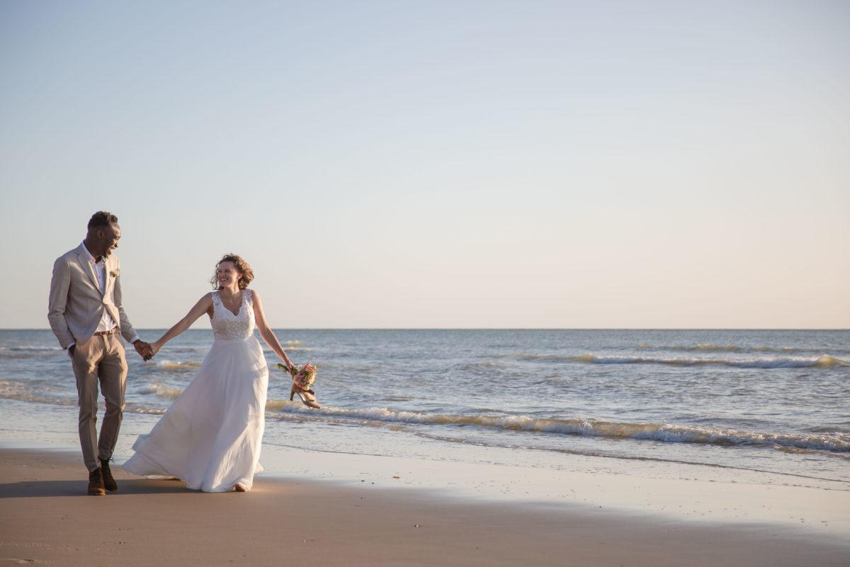 Séance photo mariage à la mer. Reportage réalisé en bord de mer à Equihen-Plage par Samuel Pruvost photographe à Lille.